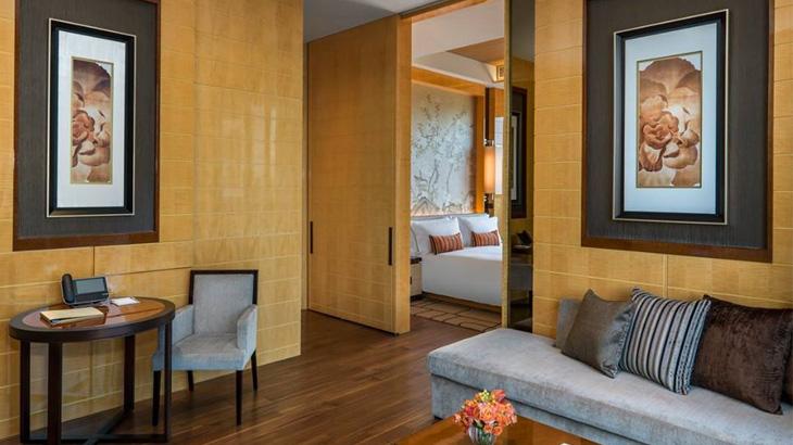 Ruang tamu kamar tipe The Olympian Suite.