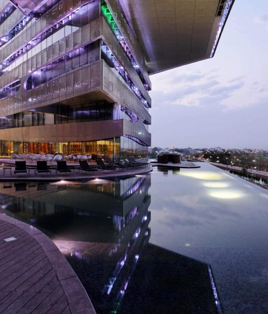Desain hotel The Park Hyderabad yang modern dan distingtif.