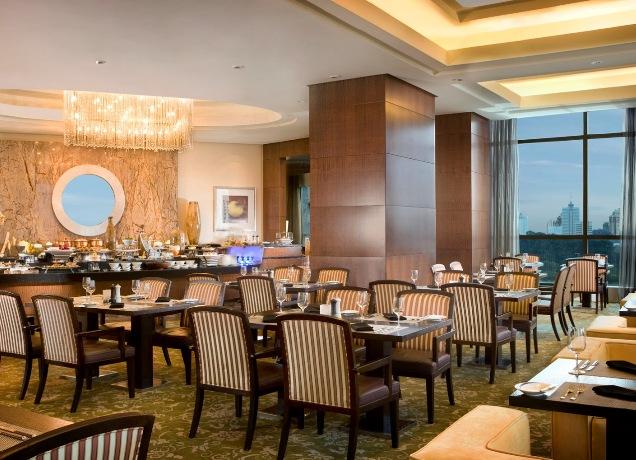 Di The Ritz-Carlton Jakarta, Pacific Place sesi makan siang diadakan di lantai enam. Untuk aktivitas seru, anak-anak bisa menikmatinya di lantai delapan.