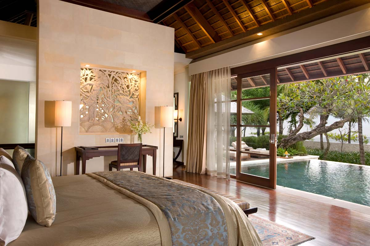 Akomodasi tipe Royal Villa di The Royal Santrian dengan kolam renang privat.