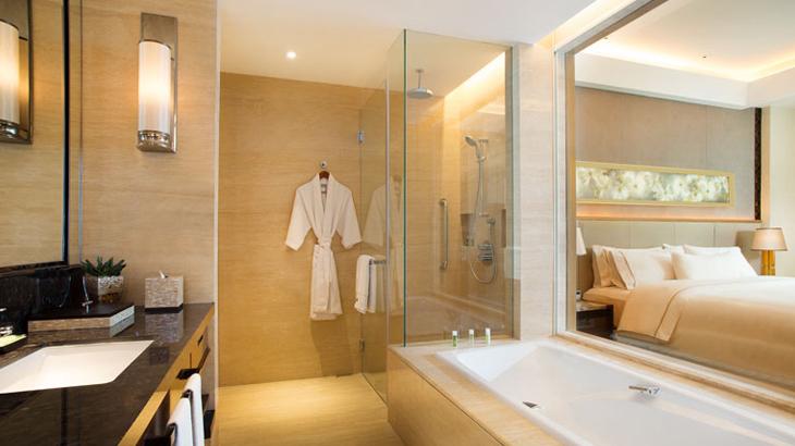 Kamar mandi mewah di kamar.
