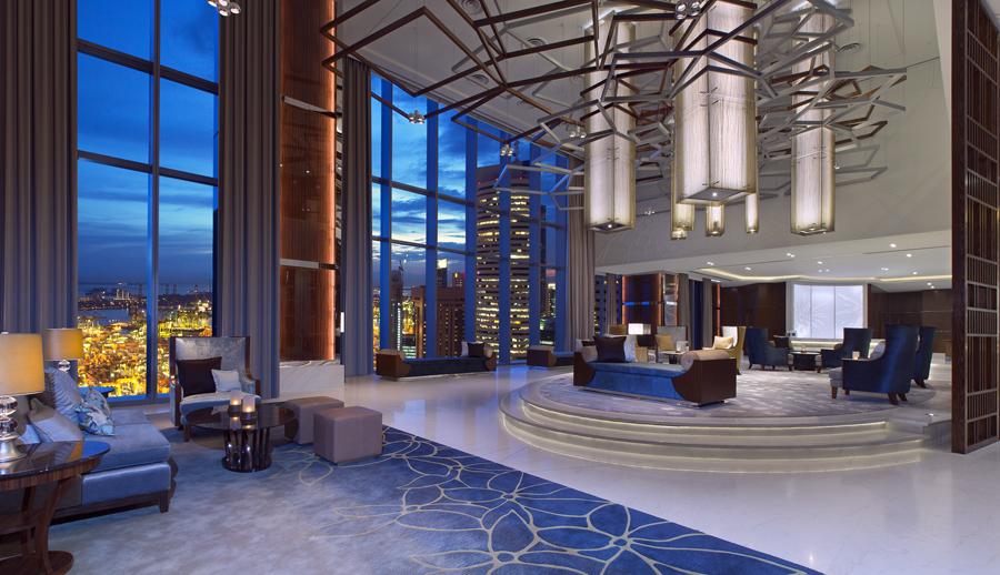 Lobi hotel dengan nuansa biru dan langit-langit tinggi.