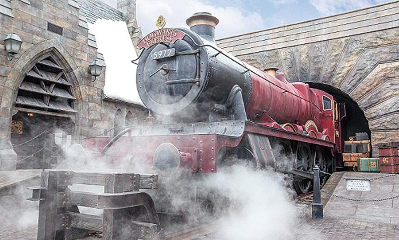 Kereta api uap khas yang akan membawa pengunjung mengelilingi taman bermain.