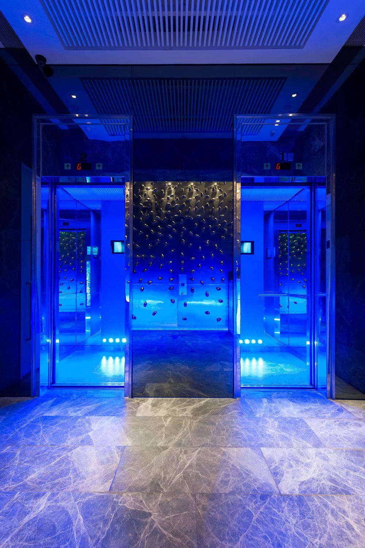 Lift bertemakan laut di Ovolo Hotel Aberdeen.