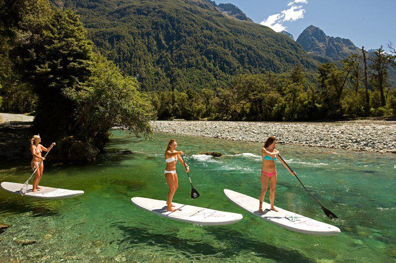 Pemandangan Hollyford yang indah termasuk airnya yang sangat jernih. Foto: Mike Stewart--Tourism New Zealand.