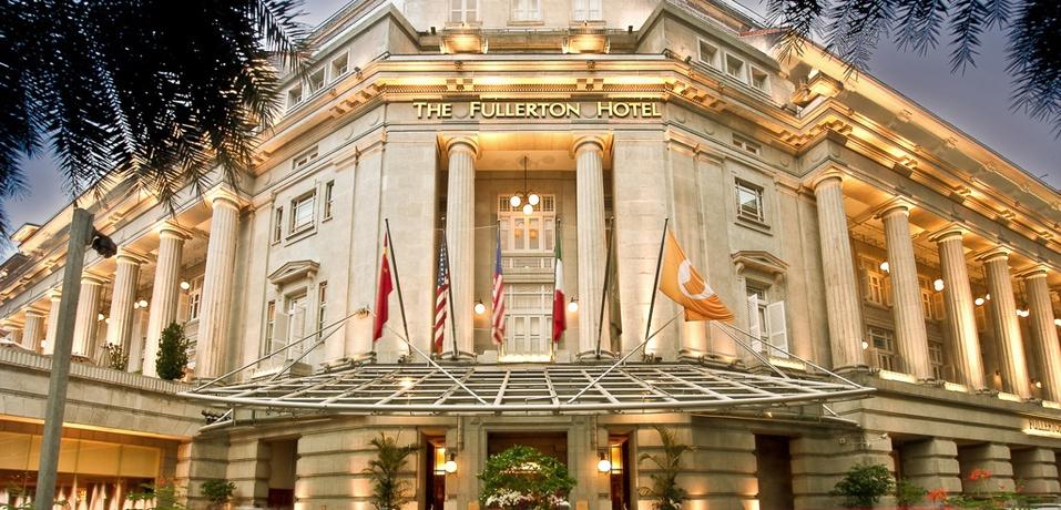 Pintu utama The Fullerton Hotel.