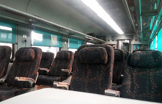 Interior kereta api dengan kursi yang nyaman.