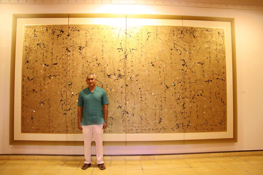 Tony Raka di depan salah satu koleksinya.