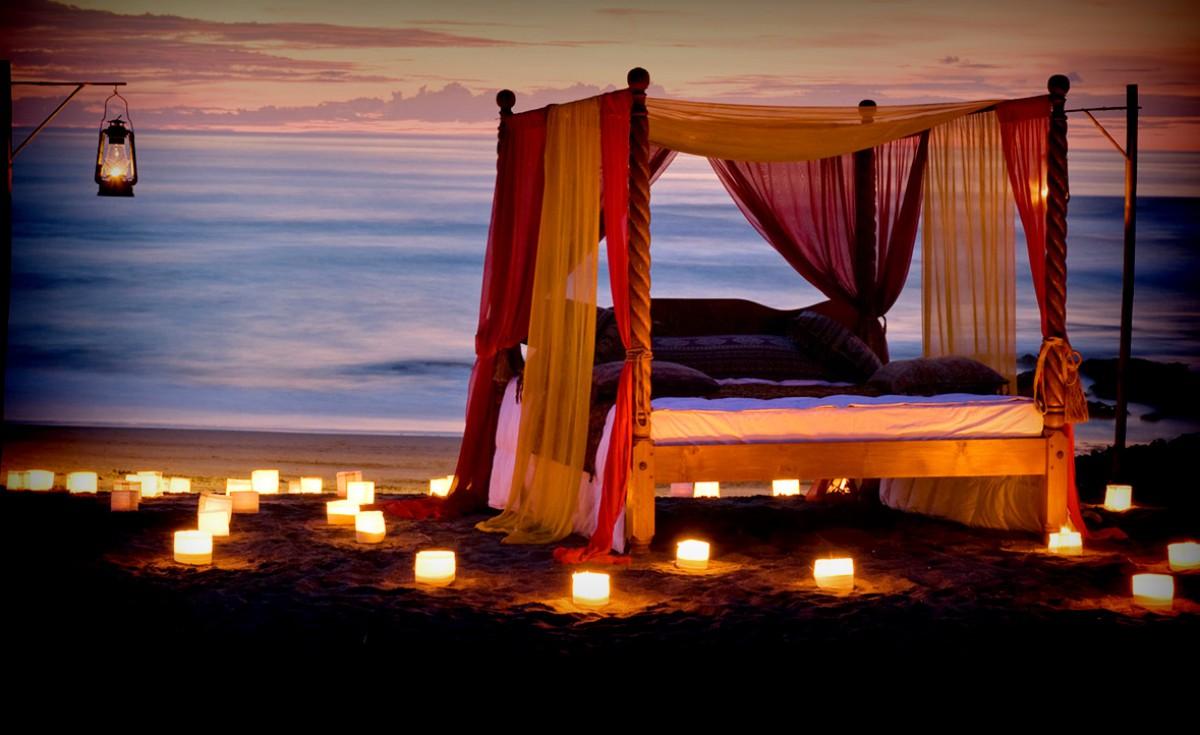 Piknik di tepi pantai untuk pasangan.