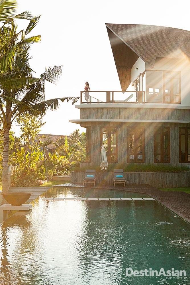 Kolam renang dan sayap vila yang menampilkan atap daun, kreasi apik firma Jeghier Architect.