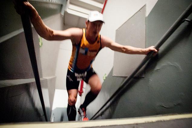 Salah satu peserta berlomba untuk mencapai puncak Empire State Building di New York.