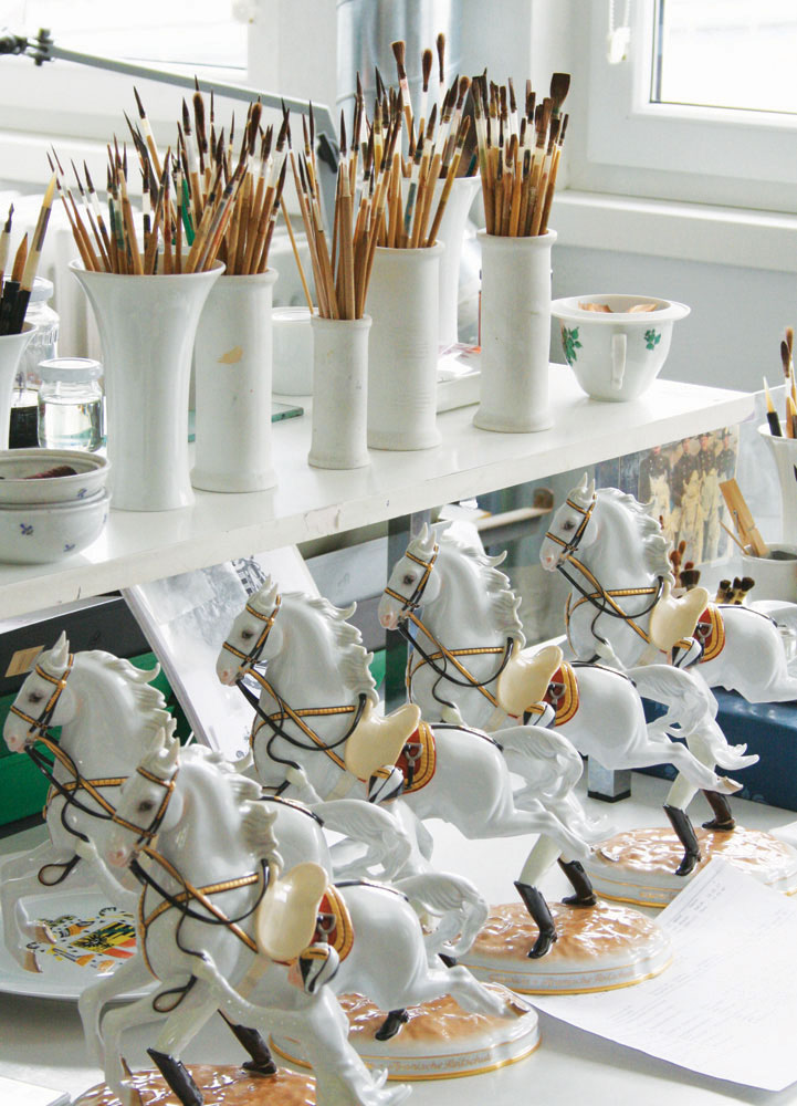 Hiasan-hiasan terbuat dari porselen di Augarten Porcelain Factory. Pabrik ini juga menyediakan jasa tur di balik layar tradisi pembuatan porselen yang sudah berjalan selama tiga abad.