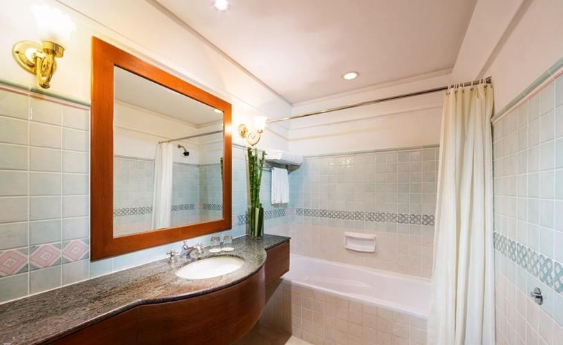 Kamar mandi di kamar Deluxe. (foto oleh Village Hotel Albert Court)