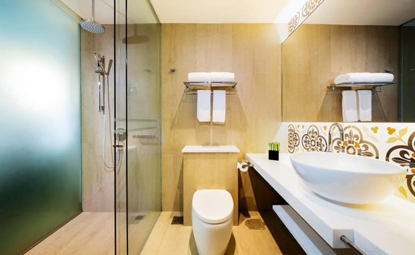 Kamar mandi dengan tegel bermotif khas.