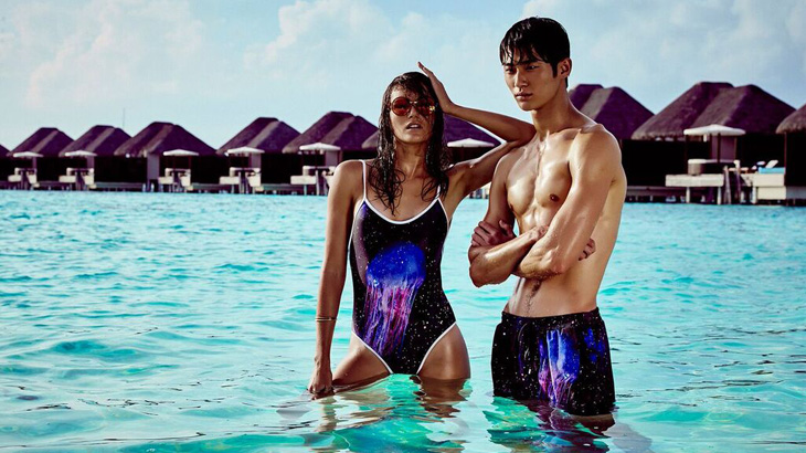 Foto kampanye pakaian renang W Hotels dan We Are Handsome yang diambil di W Retreat Maladewa.