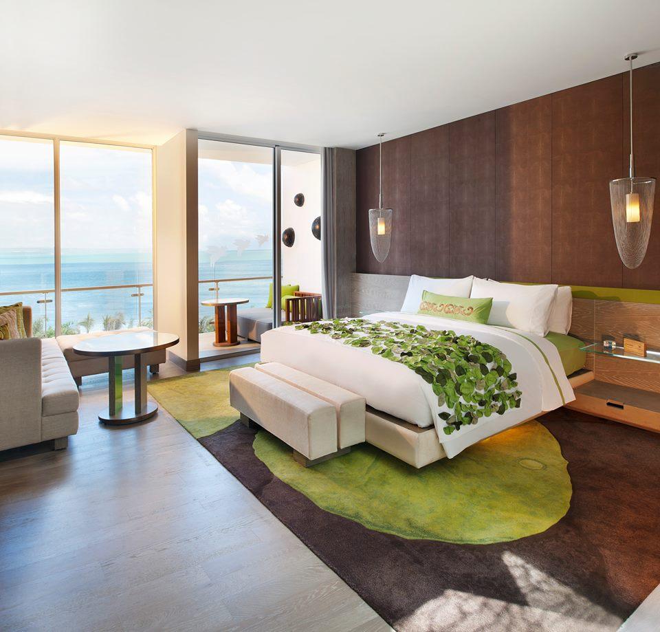 Kamar didesain modern dengan sentuhan kontemporer.