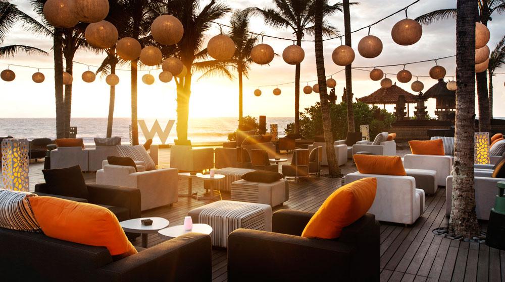 Menikmati mentari terbenam menjadi aktivitas favorit di W Retreat Bali.