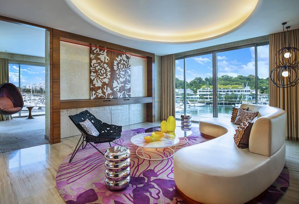 Kamar tipe Marvelous Suite di W Singapura Sentosa Cove menyajikan pemandangan dermaga.