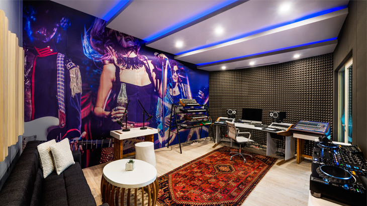 Interior W Sound Suite dengan nuansa khas W Hotels.