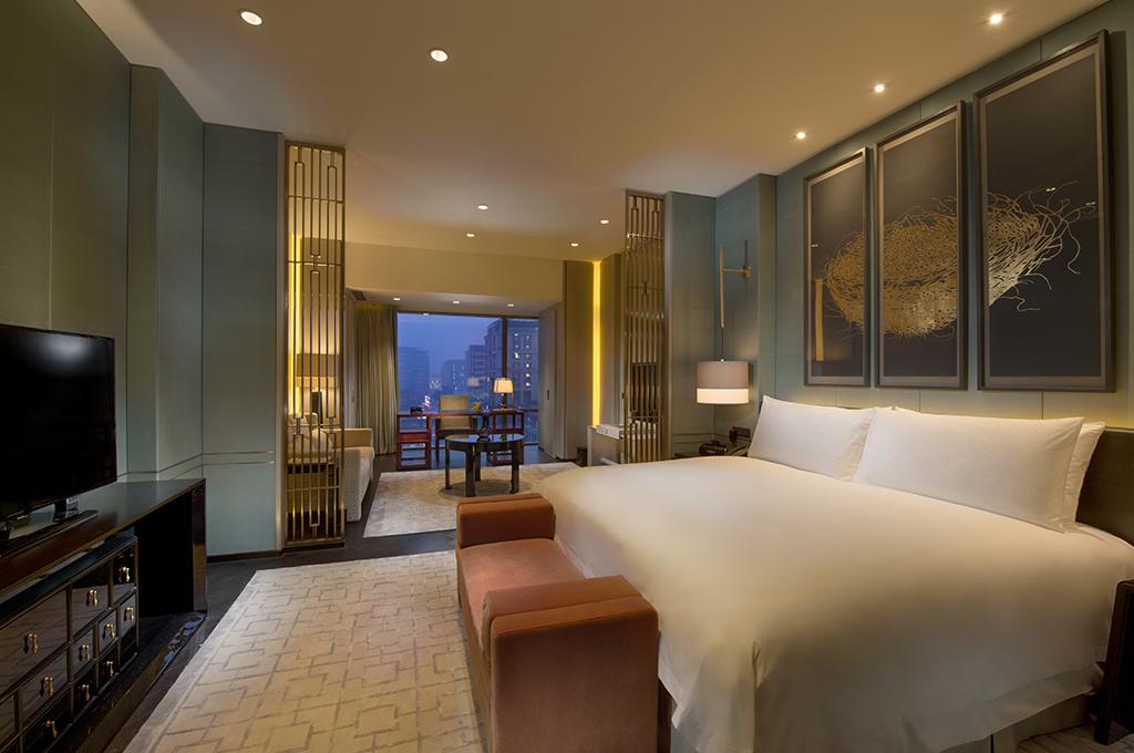 Kamar tipe King Premier lengkap dengan ruang duduk.