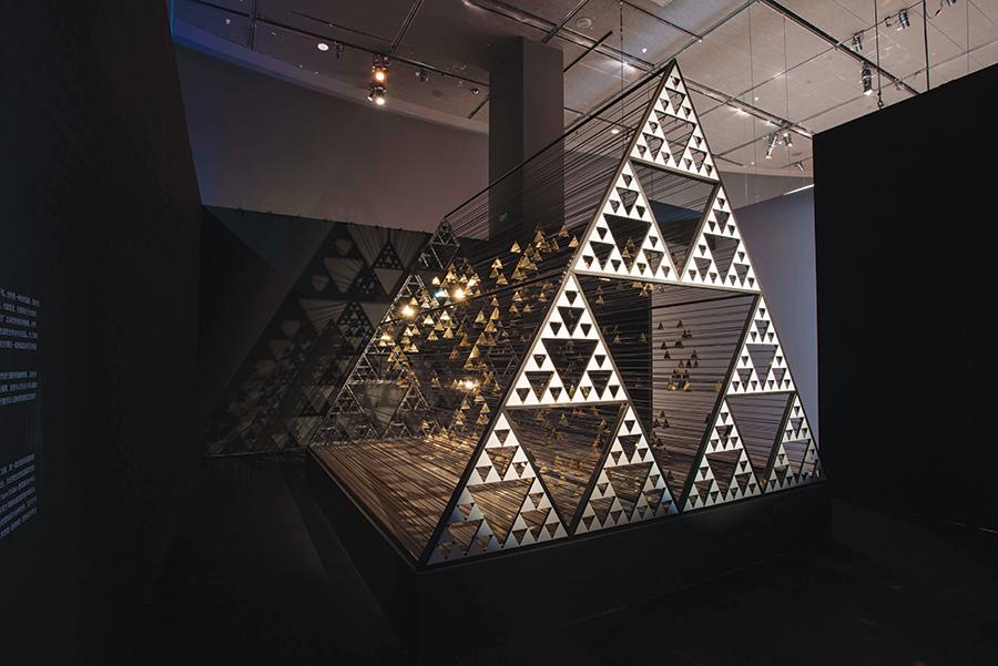 Instalasi seni karya WY-TO yang terinspirasi hitungan matematika Da Vinci.