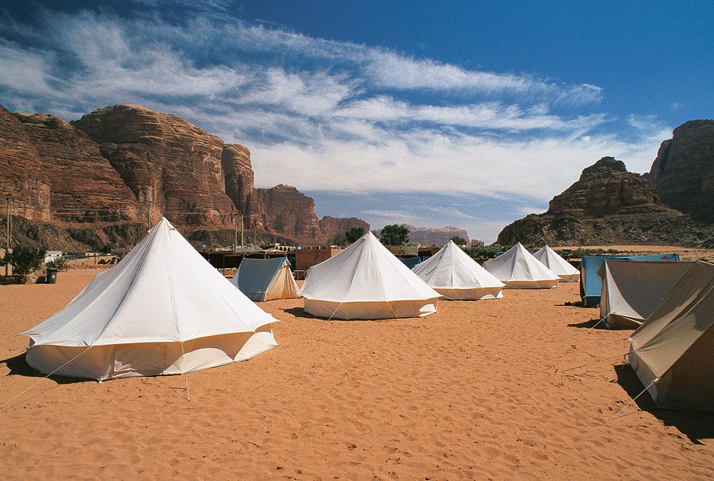 Berkemah di Wadi Rum menjadi salah satu opsi wisata populer di Yordania.