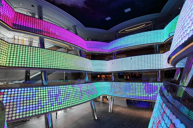 Salah satu sudut Wanda Movie Park yang dilapisi lampu-lampu LED. (Foto: ZOL)