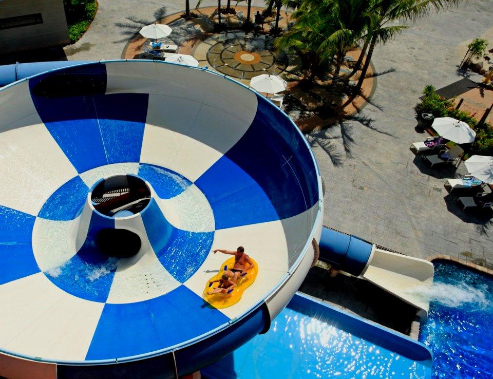 Waterpark yang bisa digunakan oleh anak-anak maupun orang dewasa.
