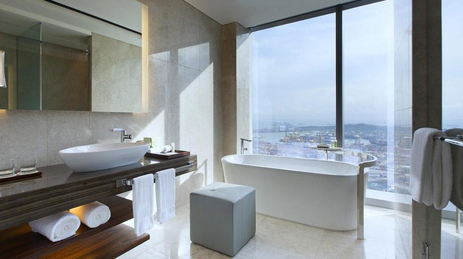 Kamar mandi dengan pemandangan lanskap kota Singapura.