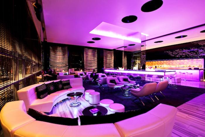 Woo Bar Bangkok dengan dominasi warna jambon.
