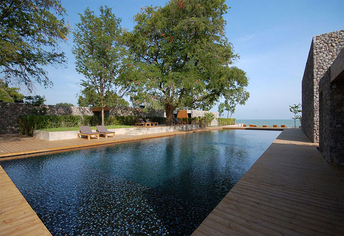 Kolam renang utama yang menghadap dan memiliki akses langsung ke pantai.