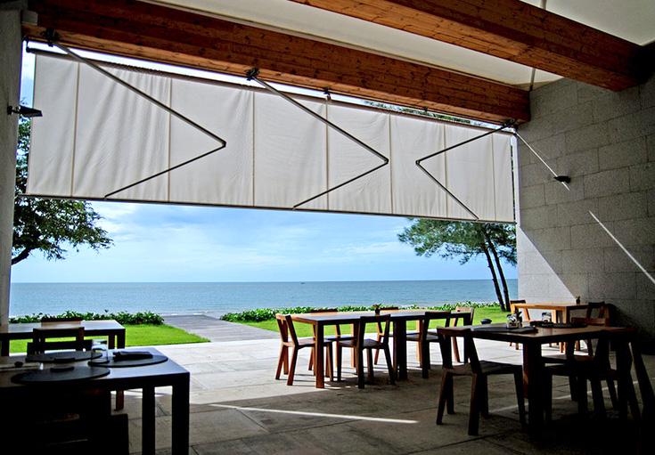 Restoran semi-terbuka untuk memaksimalkan sirkulasi udara dan panorama pantai.