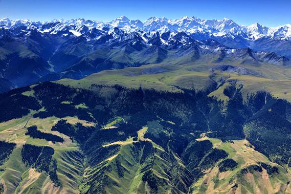 Kawasan pegunungan Xinjiang Tiansha di Cina; salah satu pegunungan terluas di dunia.