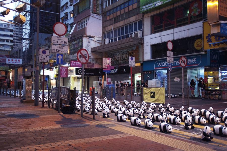 Para panda juga sempat menutup jalan di Mongkok.