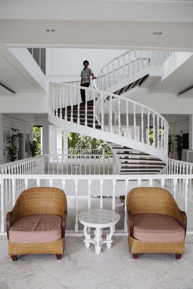Ruang santai di lantai dua Nongsa Point Marina & Resort yang menghadap ke laut lepas.