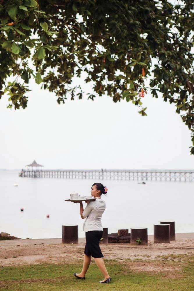 Seorang pelayan mengantarkan makanan untuk tamu Turi Beach Resort.