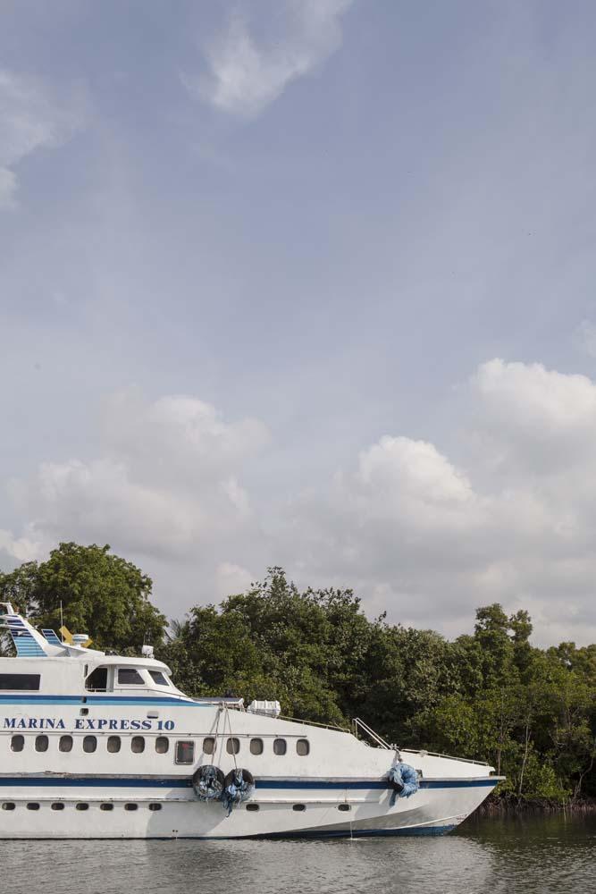 Salah satu kapal feri yang bersandar di Nongsapura Ferry Terminal.
