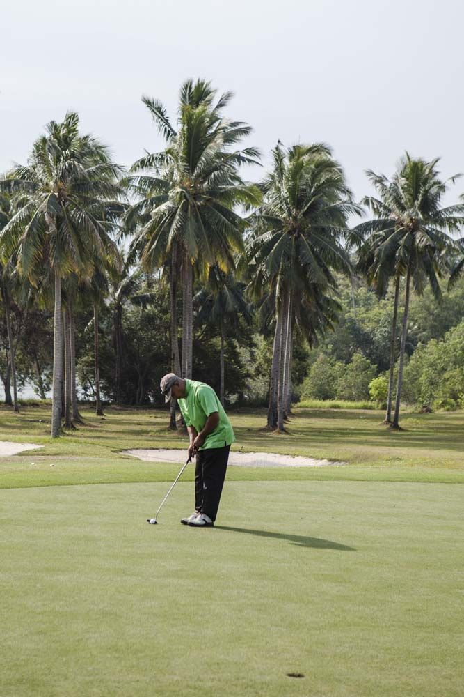 Bermain golf di Tamarin Santana Golf Club, Nongsa Resort.