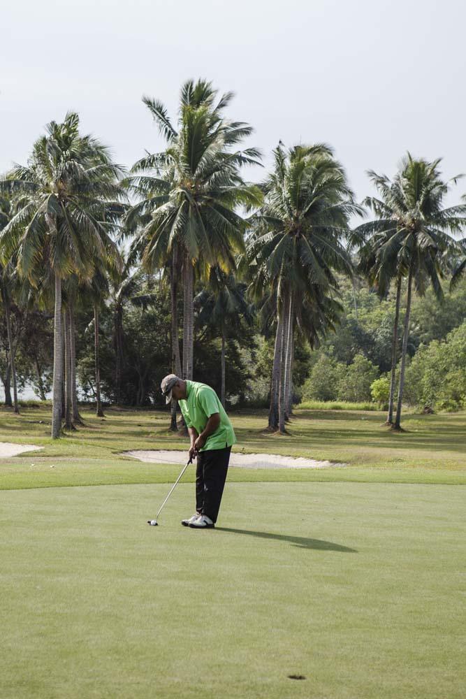 Bermain golf di Tamarin Santana Golf Club, Nongsa Resort.
