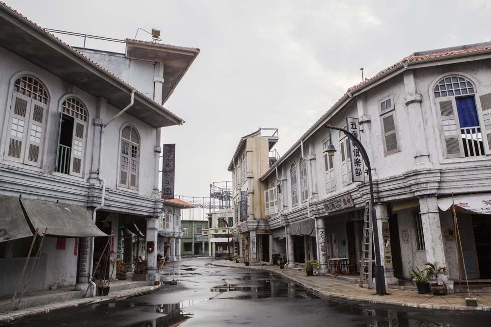 Replika gedung kuno di Movie Town Infinite Studios yang jadi lokasi syuting serial Serangoon Road.