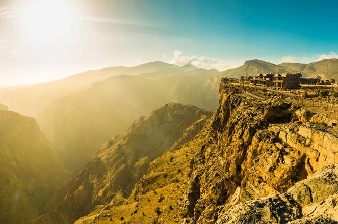 Alila Jabal Akhdar bersemayam di tepi tebing cadas perbukitan batu.