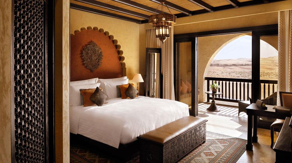 Kamar tipe Deluxe Balcony dengan balkon privat dan pemandangan gunung pasir.