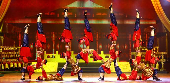 Pertunjukan akrobat yang bisa disaksikan selama International Arts Carnival.
