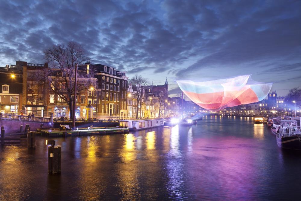 Permainan lampu dan laser dalam pertunjukan bertajuk 1.26 Amsterdam karya Janet Echelman. (Foto: Janus Van Den Eijnden)