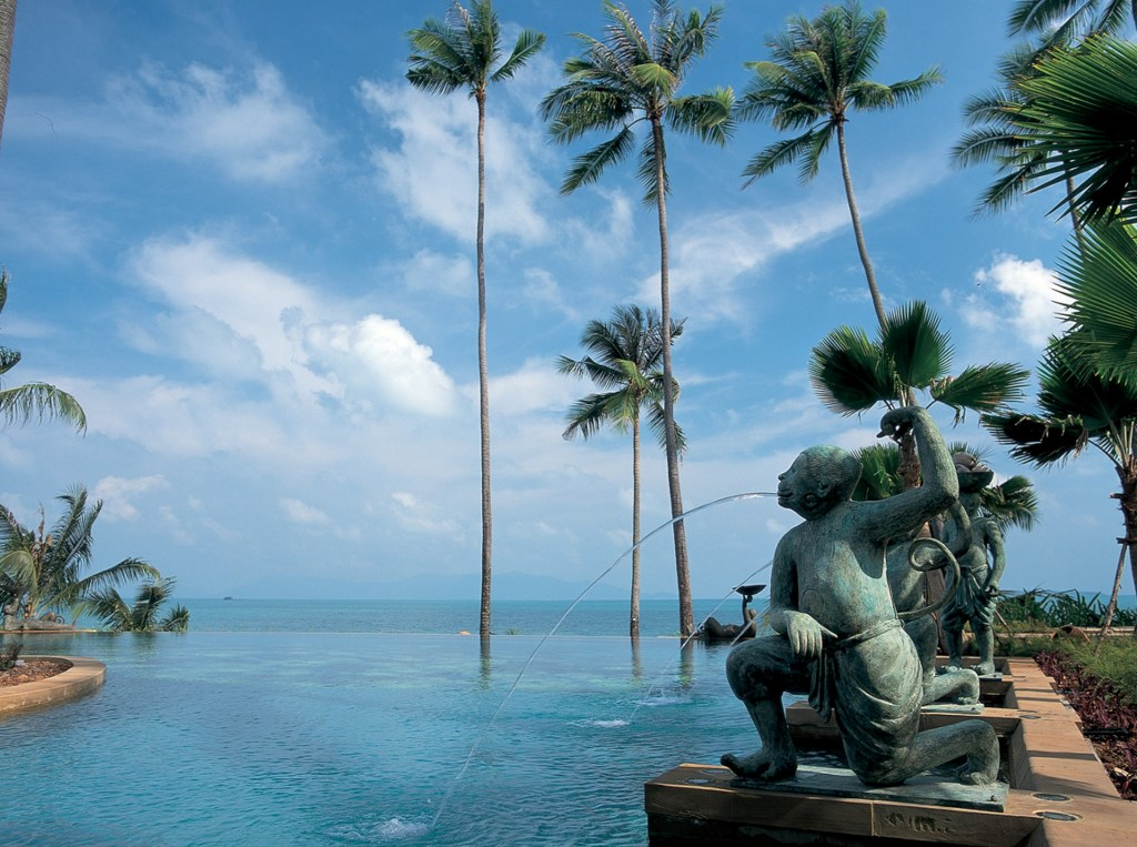 Kolam renang di Anantara Bophut Resort & Spa, Koh Samui yang menghadap langsung ke samudera.