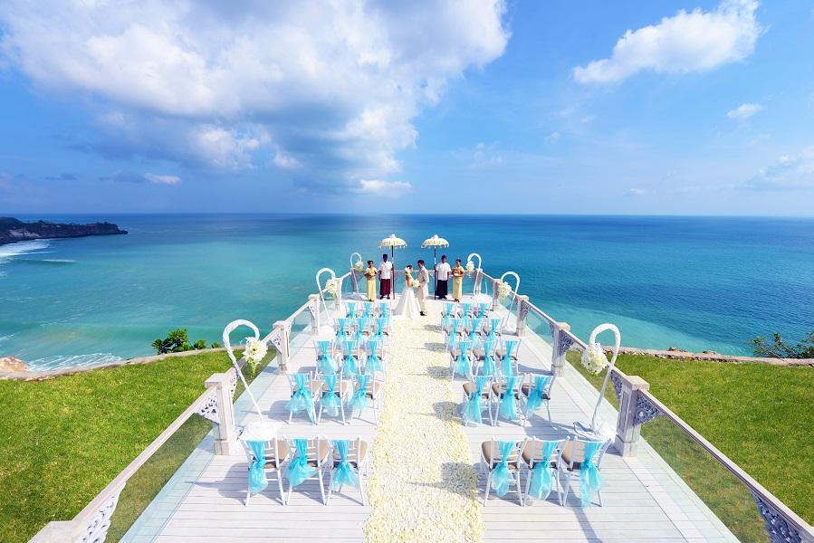 Dek panjang yang mampu menampung 80 orang untuk upacara perkawinan.