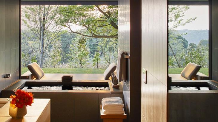 Kamar mandi di kamar dilengkapi tempat berendam.