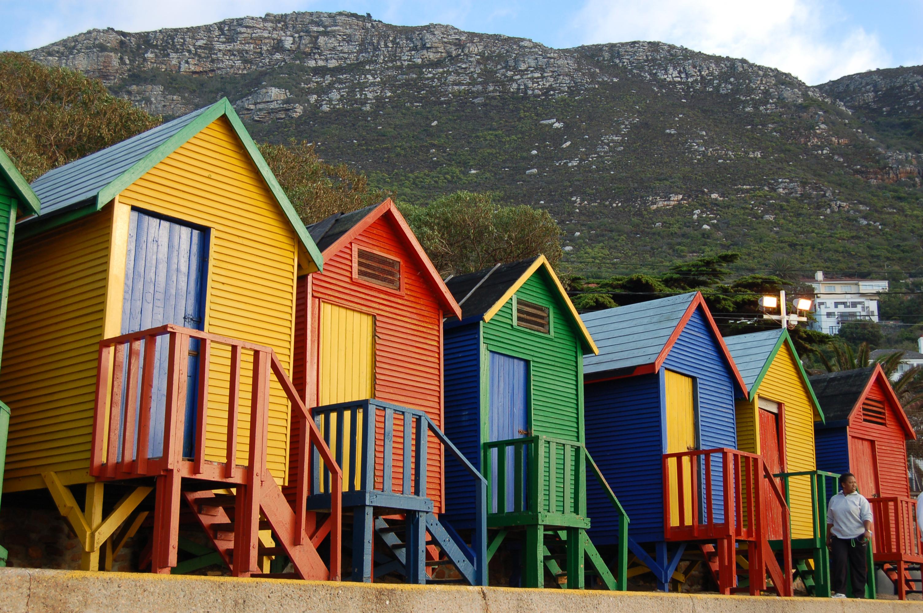 Gubuk warna-warni di pesisir dekat Cape Town, Afrika Selatan.