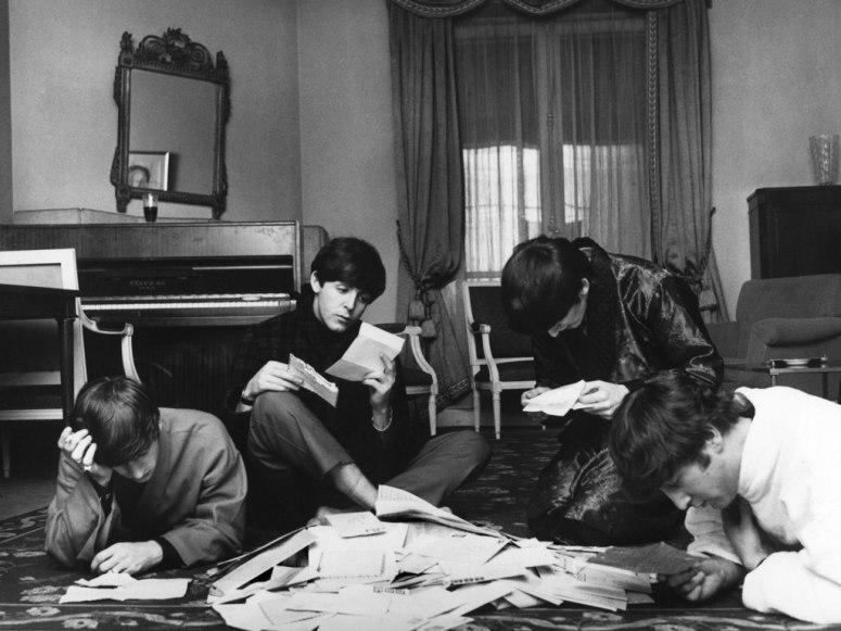 Anggota The Beatles sedang membaca surat dari para penggemarnya.