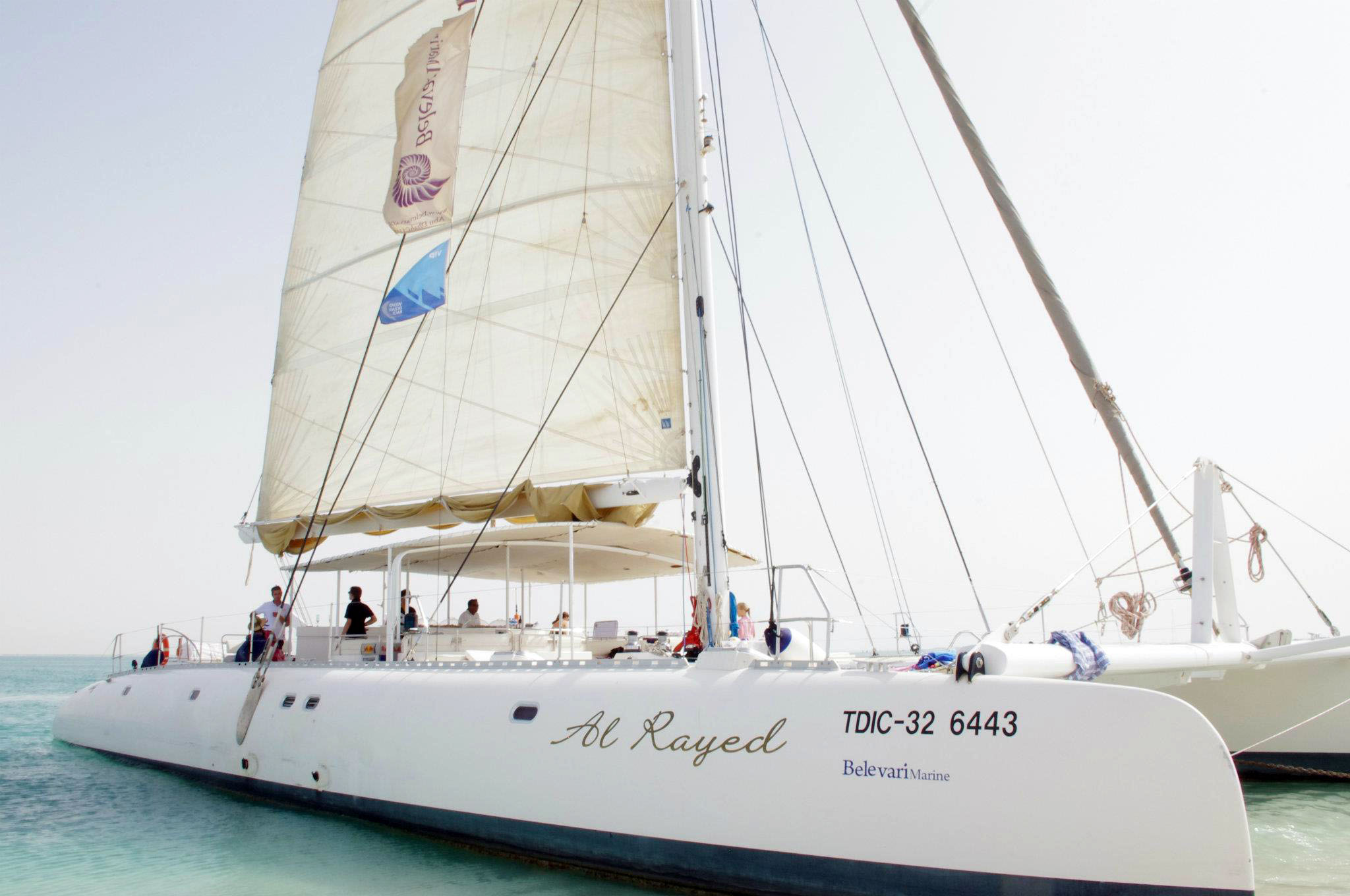 Kapal jenis catamaran yang digunakan dalam tur tersebut.